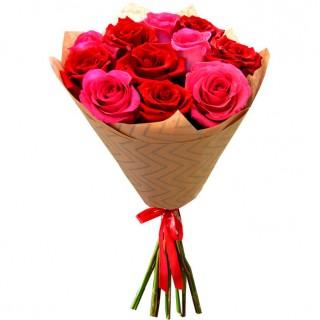 Букет Красные и розовые розы в крафте 11 шт